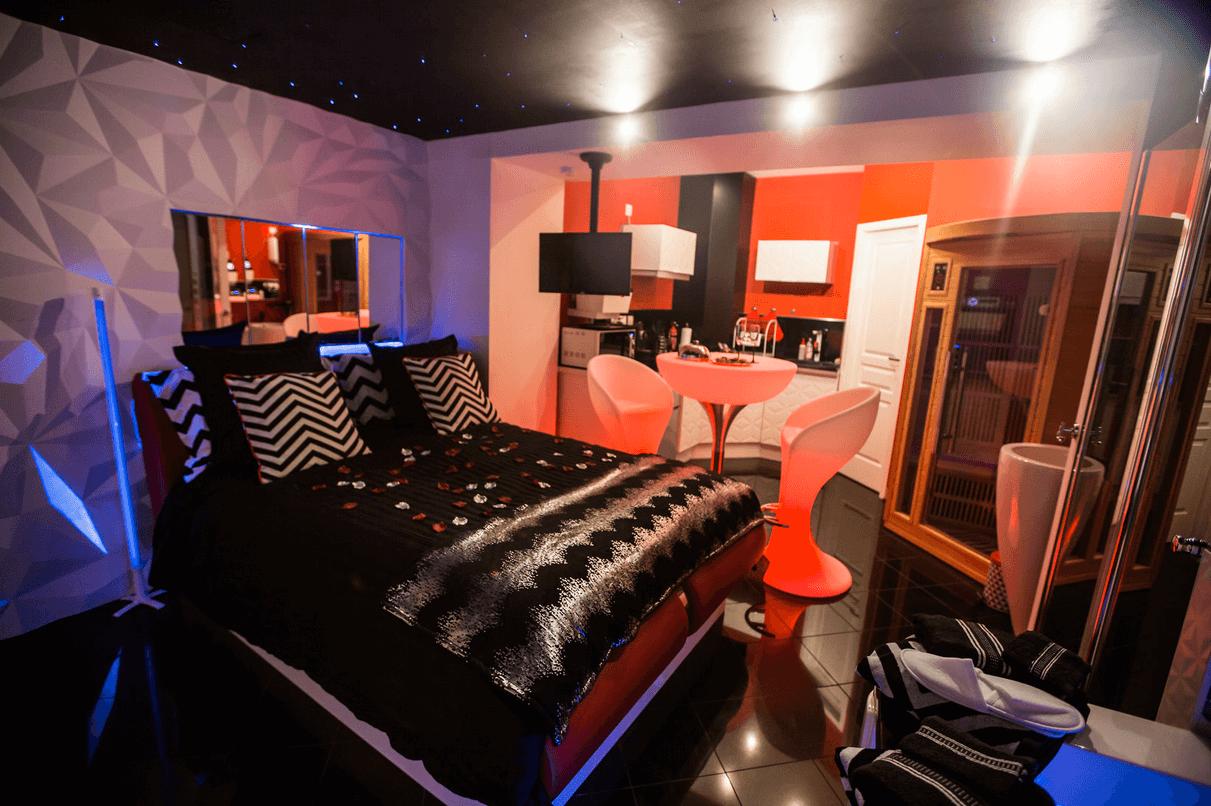 Espace détente avec sauna et spa dans la Suite Glamour et spa, votre appartement tous confort en Location privée APPART SPA 21 de Dijon votre appartement privé de luxe avec spa et sauna