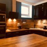 Cuisine équipée tous confort avec multiples équipements dans votre appartement tous confort Location privée APPART SPA 21 de Dijon votre appartement privé de luxe avec salle de cinéma, spa et sauna