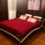 Grand lit king-size dans votre appartement tous confort Location privée APPART SPA 21 de Dijon votre appartement privé de luxe avec salle de cinéma, spa et sauna