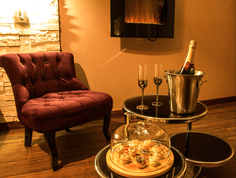 Commandez des mignardises et du Champagne afin d'agrémenter votre séjour romantique dans votre appartement tous confort en Location privée APPART SPA 21 de Dijon, votre appartement privé de luxe avec spa et sauna.
