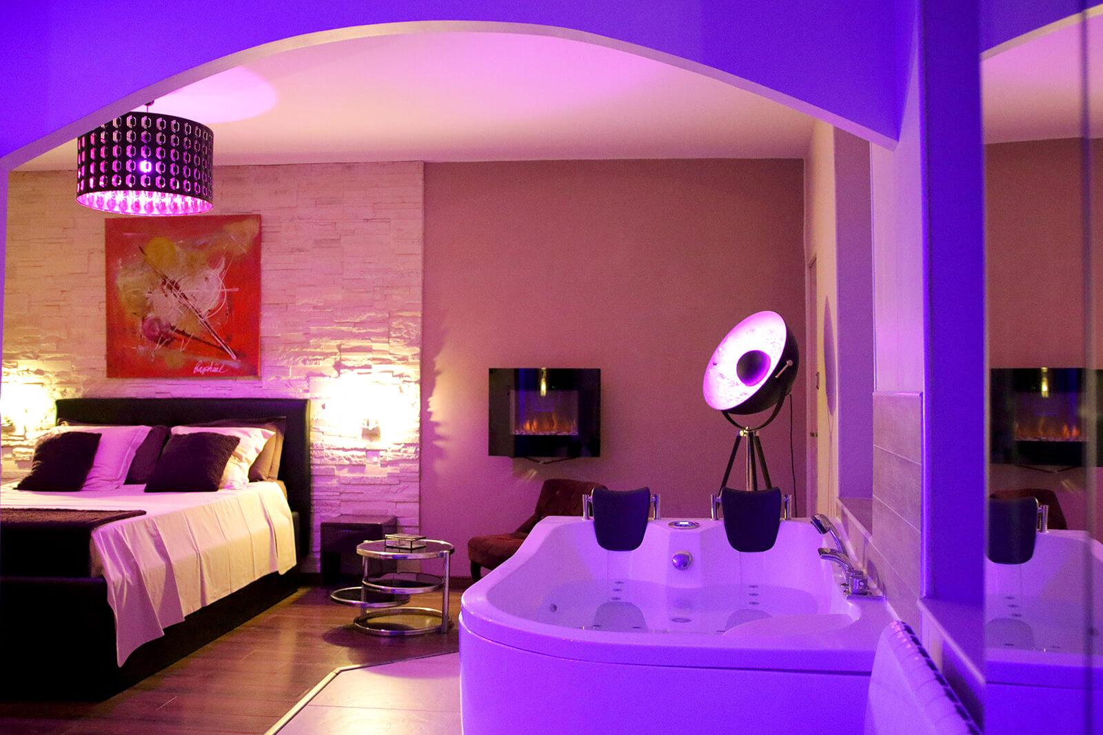 Espace détente avec canapé tantra exclusif et spa dans la Suite Romantique et spa votre appartement tous confort en Location privée APPART SPA 21 de Dijon votre appartement privé de luxe avec spa et sauna