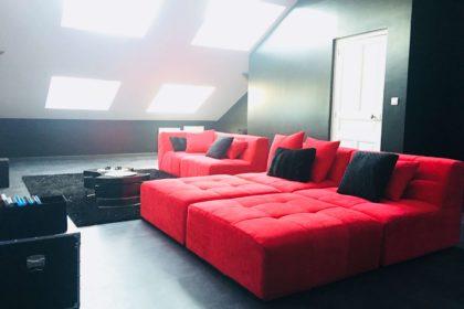 salle de cinéma privé avec grand canapé dans votre appartement tous confort Location privée APPART SPA 21 de Dijon votre appartement privé de luxe avec salle de cinéma, spa et sauna