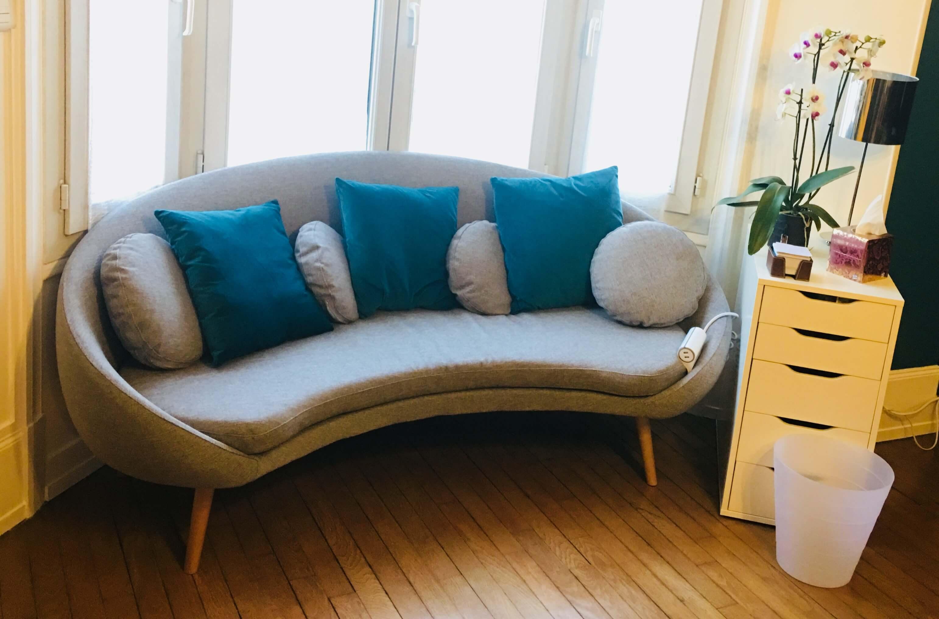 Salon tous confort avec canapé et multiples rangements dans votre appartement tous confort Location privée APPART SPA 21 de Dijon votre appartement privé de luxe avec salle de cinéma, spa et sauna